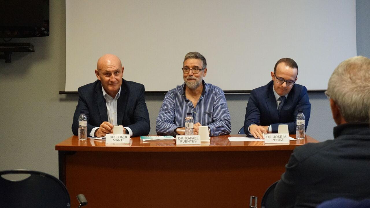 D'esquerra a dreta: Dr. Jordi Martí, director general de l'IOB Institute of Oncology; Dr. Rafael Fuentes, oncòleg i responsable de la Unitat d'Oncologia de la Clínica Bofill i el Dr. José Manuel Pérez, director mèdic i coordinador de la Unitat d'Assajos Clínics de l'IOB Barcelona.